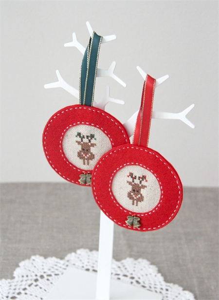 Cross-stitched reindeer decoration, red or green, Christmas tree