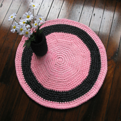 Free postage - Crochet rug pink and black with white polka dots - t-shirt yarn