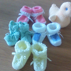 ASSORTED BABY BOOTEES TO FIT 0 TO 3 MONTHS.