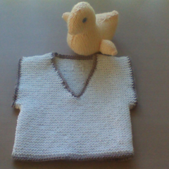 BONE GARTER STITCH VEST IN ACRYLIC TO FIT 3 TO 6 MONTHS.