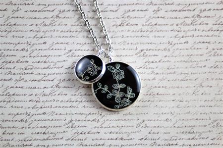 Small round resin women's pendant necklace pair, flower, black print