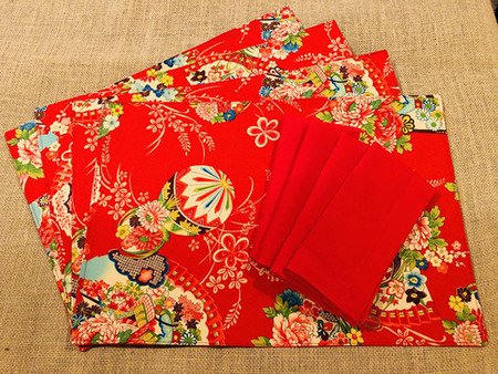 GIFT SET: 6 Placemats  Kimono Fan Red & 6 Dinner Napkins in Red.
