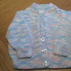 BABY GIRLS CARDIGAN IN ACRYLIC YARN TO FIT 0 TO 3 MONTHS.