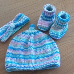 BABIES BEANIE, HEADBAND & MATCHING BOOTIES IN SIRDAR ACRYLIC FIT 0 TO 3 MONTHS.