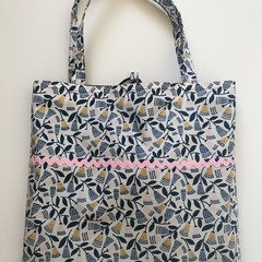 Fold up shopping tote bag – flower print with pink ric rac 1