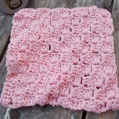 square crochet washcloth in pink bamboo fibre. Bathtime softness