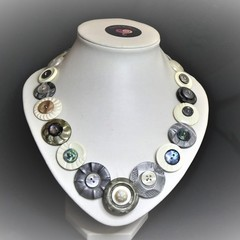 Vintage button necklace - Oysters and Pearls