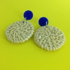 Light raffia disc earrings