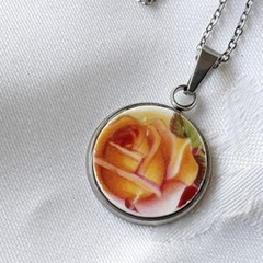 Royal Albert Old Country Roses pendant