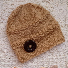 Baby's beanie w moss-stitch pattern & button, fits 3 - 6 months, 5-ply wool