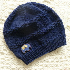 Baby's beanie w moss-stitch pattern & button, fits 3 - 6 months, 4-ply wool