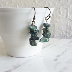 Artsy Brutalist style Simple gemstone chip short drop earrings , Green Blue