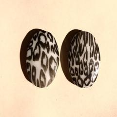 Animal print beads - Leopard - 35x25mm - grey & black  - 2 pieces