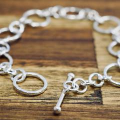 Hammered silver bracelet with toggle | Delicate hammered link bracelet