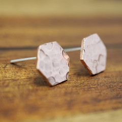 Small copper hexagon studs |  Hammered copper earrings | 925 sterling silver pos