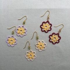 Tatting lace earrings with beads (flower shape, coloured)