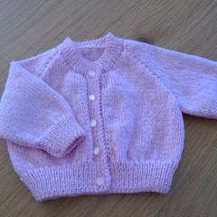 BABY GIRLS PINK CARDI TO FIT 0 TO 3 MTHS IN SIRDAR 5PLY 100% WOOL.