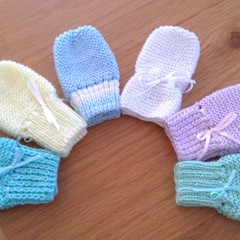 BABY MITTENS TO FIT 0 TO 6 MONTHS IN PATON'S 4PLY YARN