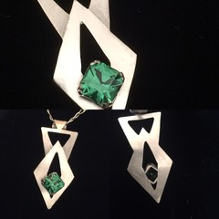 Silver Pendant with Emerald Green Gemstone.