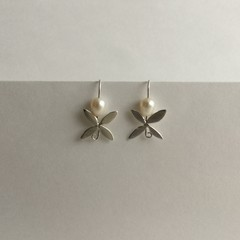 Four petal floral earrings handcrafted in sterling silver 925 with freshwater pe