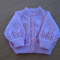 BABY GIRLS PINK CARDI TO FIT 3 TO 6 MTHS IN SIRDAR 5PLY 100% WOOL.