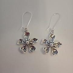 Flower charm dangle earrings