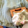 Tropical leaves handbag with wooden handle