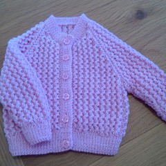BABY GIRLS CARDI TO FIT 3 TO 6 MTHS IN BABY BLOSSOM BENDIGO 4PLY 100% WOOL.