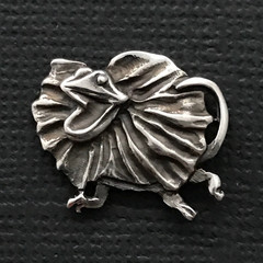 Frilly lizard pin - sterling silver 19mm