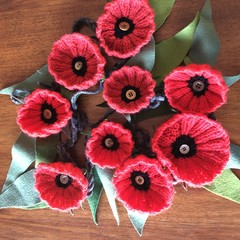 KNITTED FLOWER GARLAND