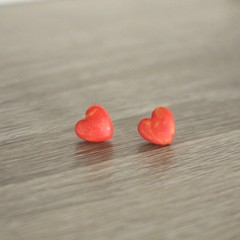 Red heart marbled studs (small - A)