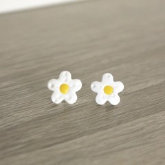 White flower studs with dimples (large)
