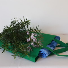 """BLUE FLORAL PICNIC RUG/WATER RESISTANT BACKING/104 CM X 109CM/41"""" X 43"""""""