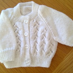 BABIES LACEY PATTERNED WHITE CARDI IN PANDA MAGNUM 5PLY TO FIT PREMMIE.