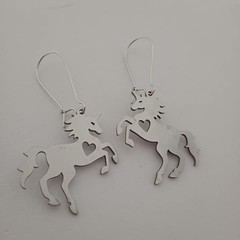 Silver S/S horse / unicorn earrings with heart cut outs