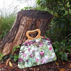 TASMANIAN WOODEN HANDLE BAG/TROPICAL FABRIC/WATER-RESISTANT LINING