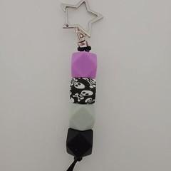 Black and purple silicone bead skull print keychain
