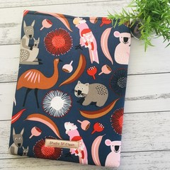 Australian animals padded book sleeve. Booksleeve with closure.