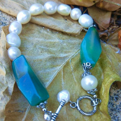 Freshwater pearl bracelet with vintage glass hexagonal focal beads.